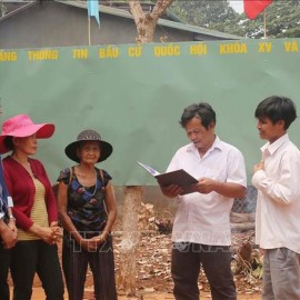 Members of the Election Commission of Ia Grai district (Gia Lai)  contacting with voters, widely propagating information about the election to people in ethnic minority, remote and isolated areas. Photo by: Hồng Điệp/TTXVN