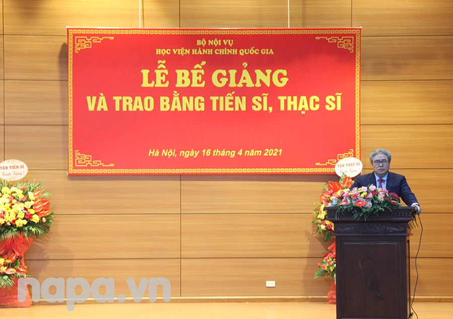 Dr. Dang Xuan Hoan speaking at the ceremony