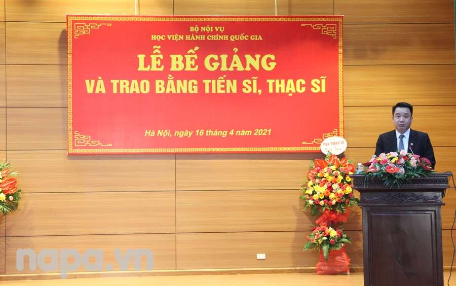 Newly graduated master Tong Ngoc Dong speaking at the event