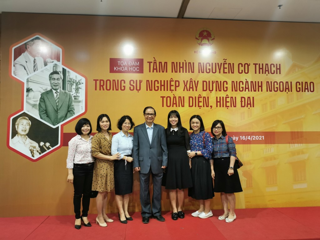 Photo time of NAPA delegation and former Minister Nguyen Dy Nien