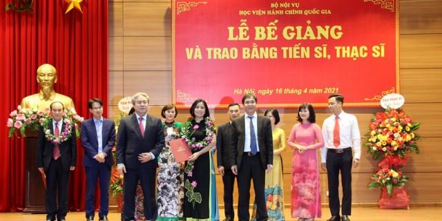 Assoc Prof.Dr Trieu Van Cuong and Dr Dang Xuan Hoan presenting degrees to newly graduated doctors.