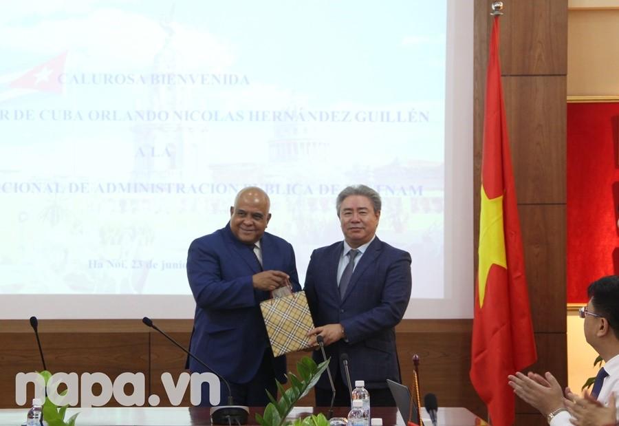 Dr. Dang Xuan Hoan gave a present to the Ambassador