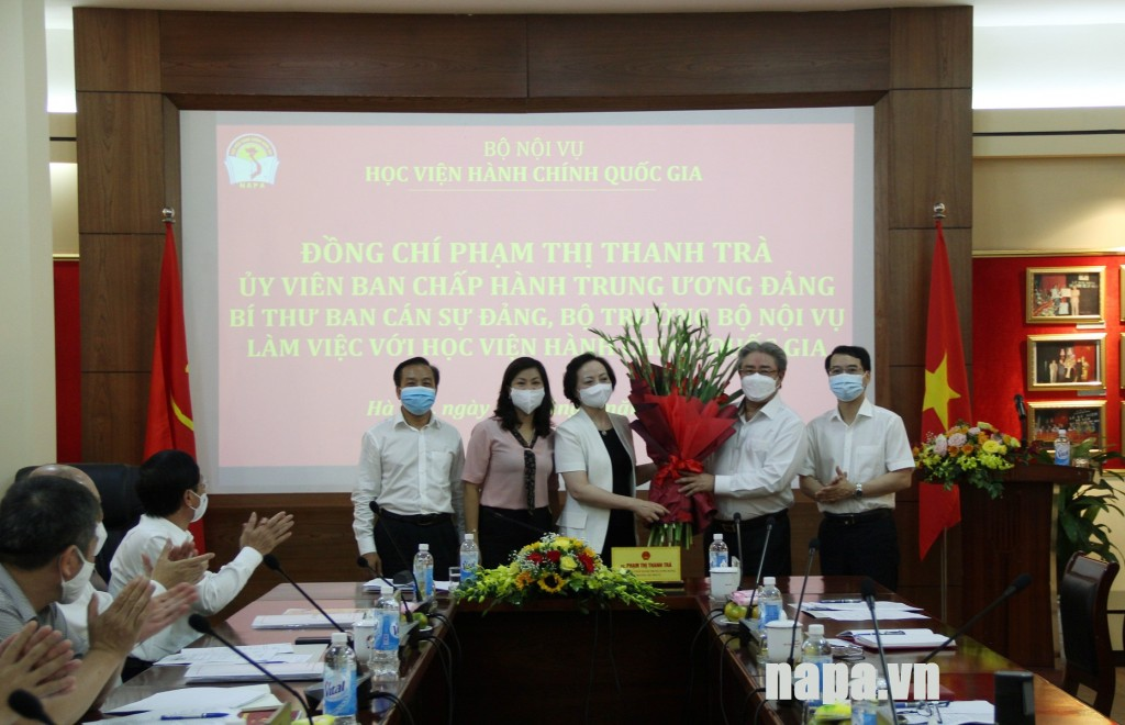 NAPA presenting flowers to Minister Pham Thi Thanh Tra.