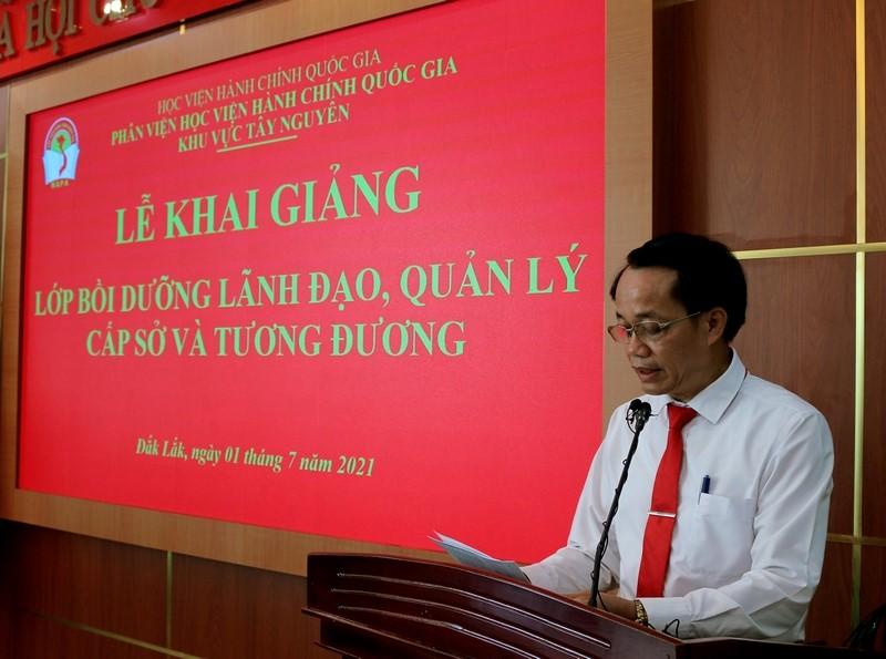 Dr. Le Van Tu, Head of Training Management Division announcing decisions of the training course organization