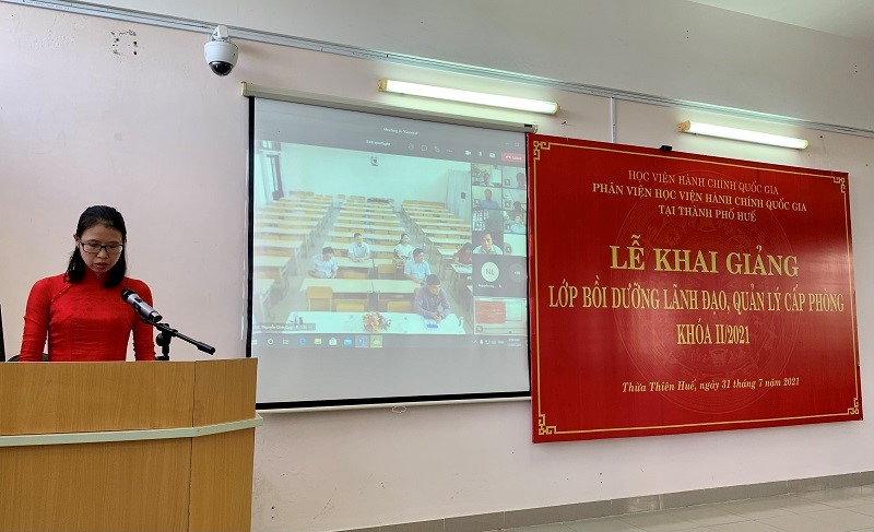 Ms. Mai Thi Phuong Dung, Head, Division of Training Management, NAPA Campus in Hue city announcing decisions of the training course organization