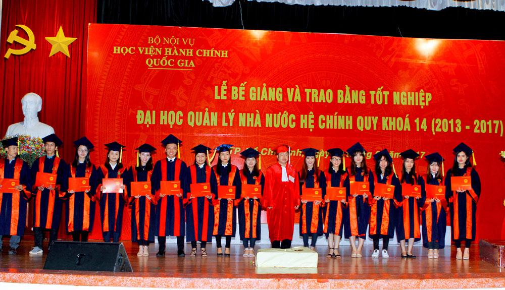 PGS.TS. Nguyễn Văn Hậu trao bằng tốt nghiệp cho các Tân cử nhân KS14