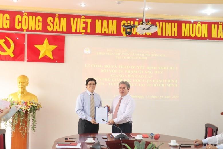 Giám đốc Học viện trao Quyết định nghỉ hưu cho TS.GVCC Phạm Quang Huy _ 3