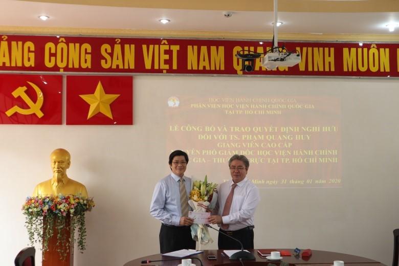 Giám đốc Học viện trao Quyết định nghỉ hưu cho TS.GVCC Phạm Quang Huy _ 4