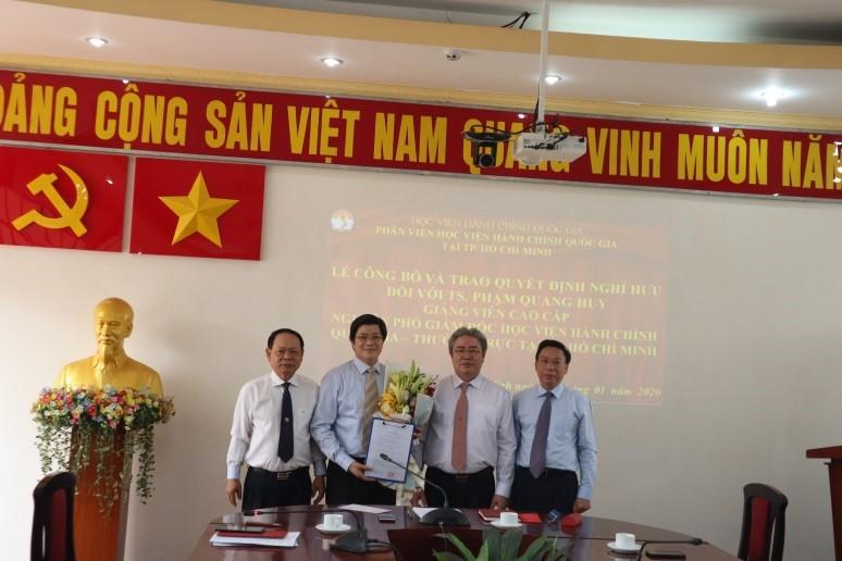 Giám đốc Học viện trao Quyết định nghỉ hưu cho TS.GVCC Phạm Quang Huy _ 6