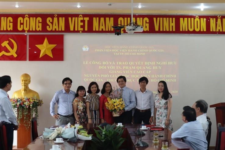 Giám đốc Học viện trao Quyết định nghỉ hưu cho TS.GVCC Phạm Quang Huy _ 7