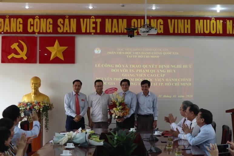 Giám đốc Học viện trao Quyết định nghỉ hưu cho TS.GVCC Phạm Quang Huy _ 8