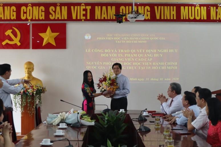 Giám đốc Học viện trao Quyết định nghỉ hưu cho TS.GVCC Phạm Quang Huy _ 9