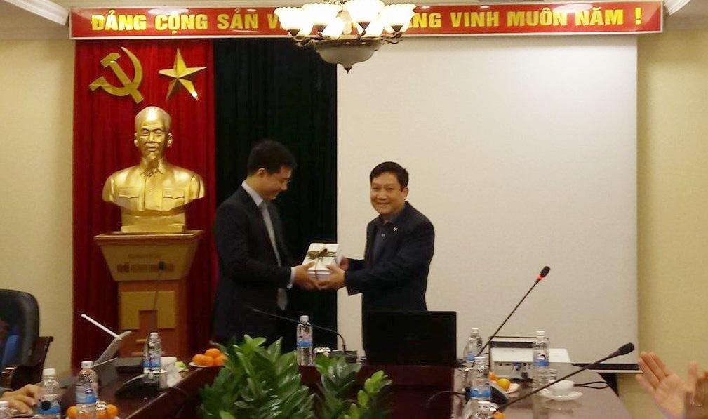 TS. Lê Như Thanh, Phó Giám đốc Thường trực Học viện tặng quà lưu niệm cho báo cáo viên