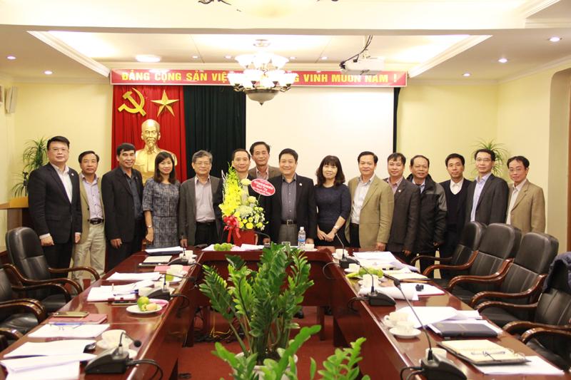 Tập thể Đảng ủy Học viện chụp ảnh lưu niệm cùng PGS.TS. Nguyễn Bá Chiến