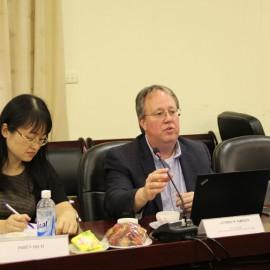 Đại diện Cơ quan Phát triển Quốc tế Hoa Kỳ (USAID) ông Andrew Green phát biểu về mục đích của buổi làm việc