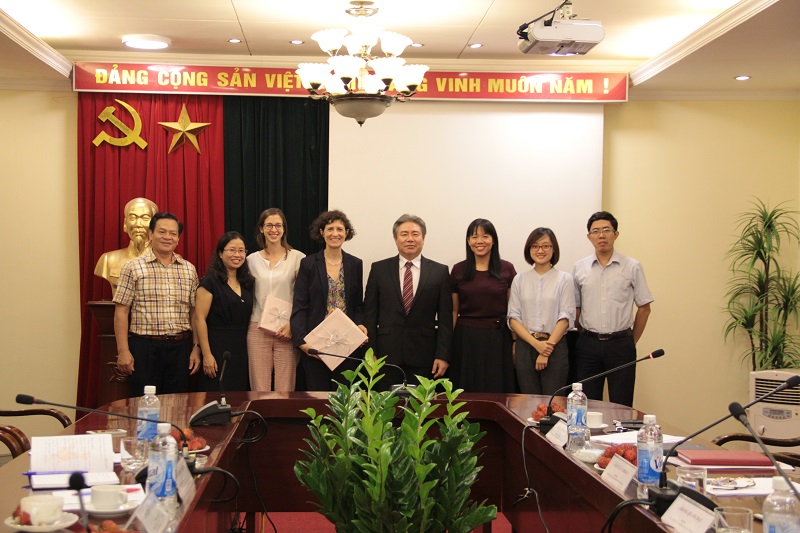 Các đại biểu tham dự chụp hình lưu niệm