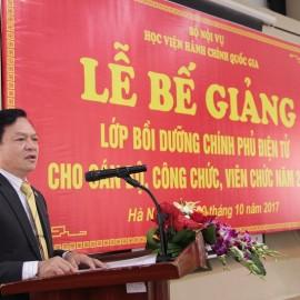 Thừa ủy quyền của lãnh đạo Học viện, TS. Hoàng Quang Đạt phát biểu chúc mừng các học viên