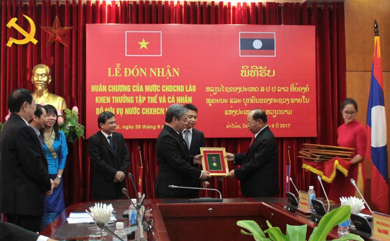 Đồng chí Khamman Sounvileuth, Ủy viên Trung ương Đảng Nhân dân Cách mạng Lào, Bộ trưởng Bộ Nội vụ Lào trao Huân chương Lao động hạng I cho Học viện Hành Chính Quốc gia