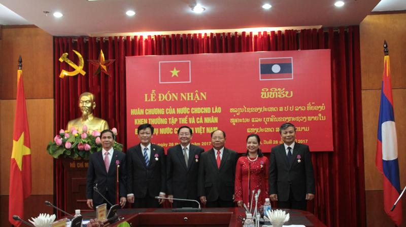 Đồng chí Khamman Sounvileuth, Bộ trưởng Bộ Nội vụ Lào; Bộ trưởng Lê Vĩnh Tân và các Thứ trưởng Bộ Nội vụ chụp hình lưu niệm