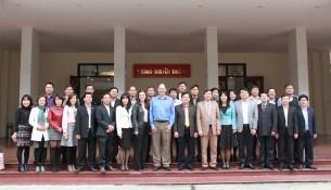 Chuyên gia nước ngoài cùng các học viên tham gia khóa bồi dưỡng