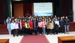 Sinh viên khóa 3 HVHC chụp ảnh lưu niện với giảng viên, báo cáo viên