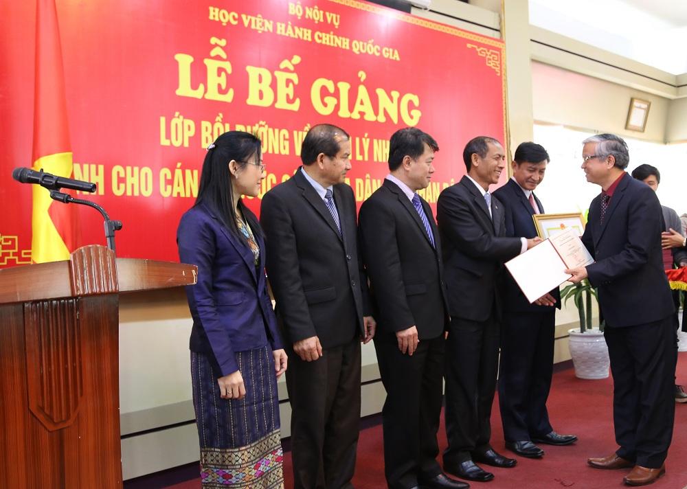 NGƯT, TS. Vũ Thanh Xuân, Phó Giám đốc Học viện Hành chính quốc gia trao chứng chỉ hoàn thành lớp bồi dưỡng cho các học viên
