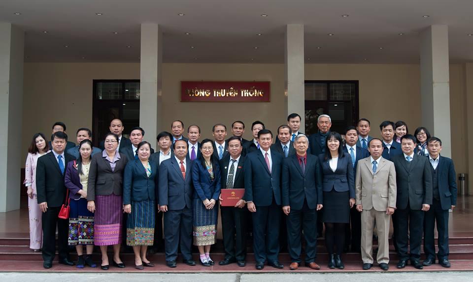 Học viên chụp ảnh lưu niệm với lãnh đạo Học viện