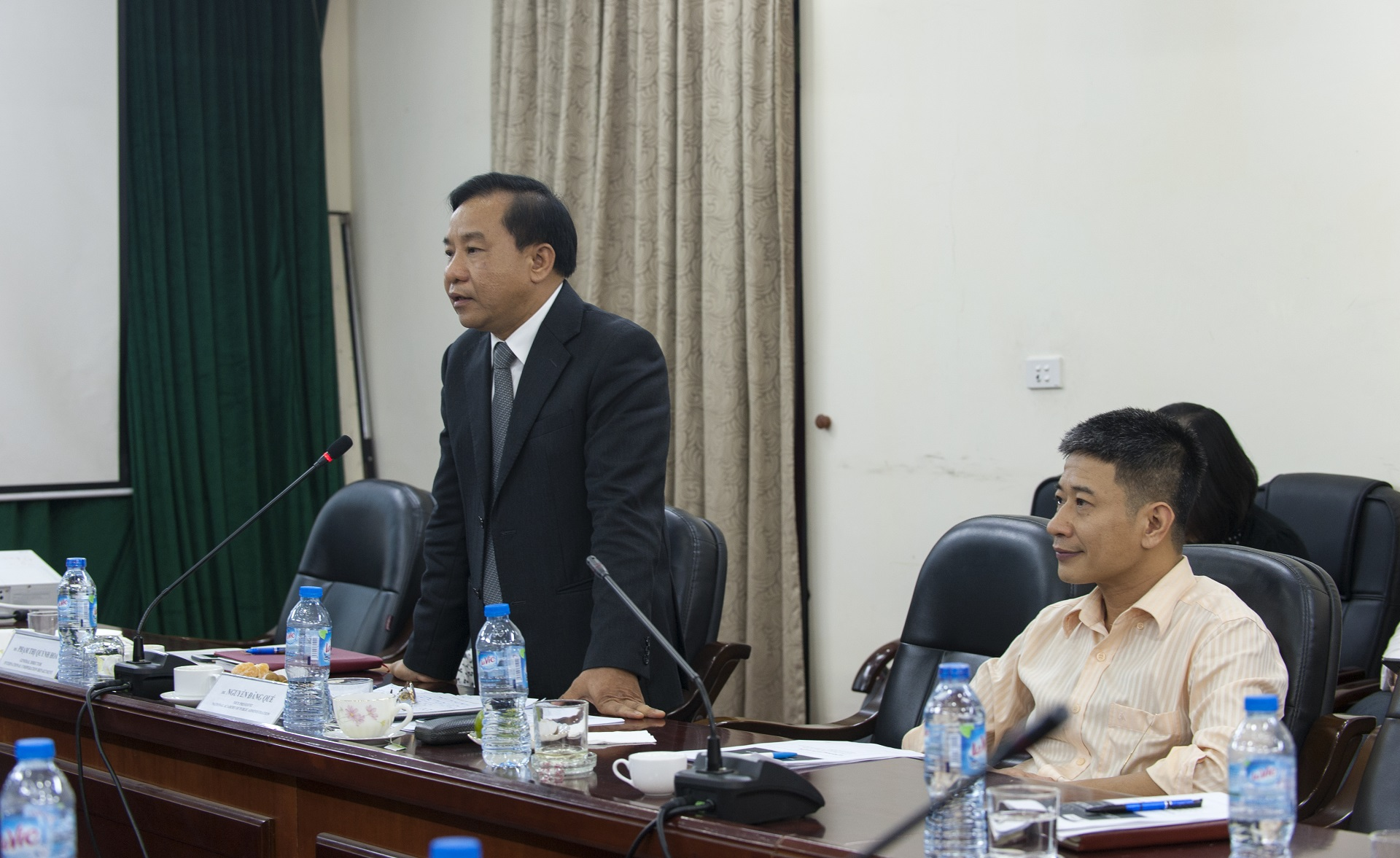 TS. Nguyễn Đăng Quế, Phó Giám đốc Học viện Hành chính Quốc gia trao đổi trong buổi tọa đàm
