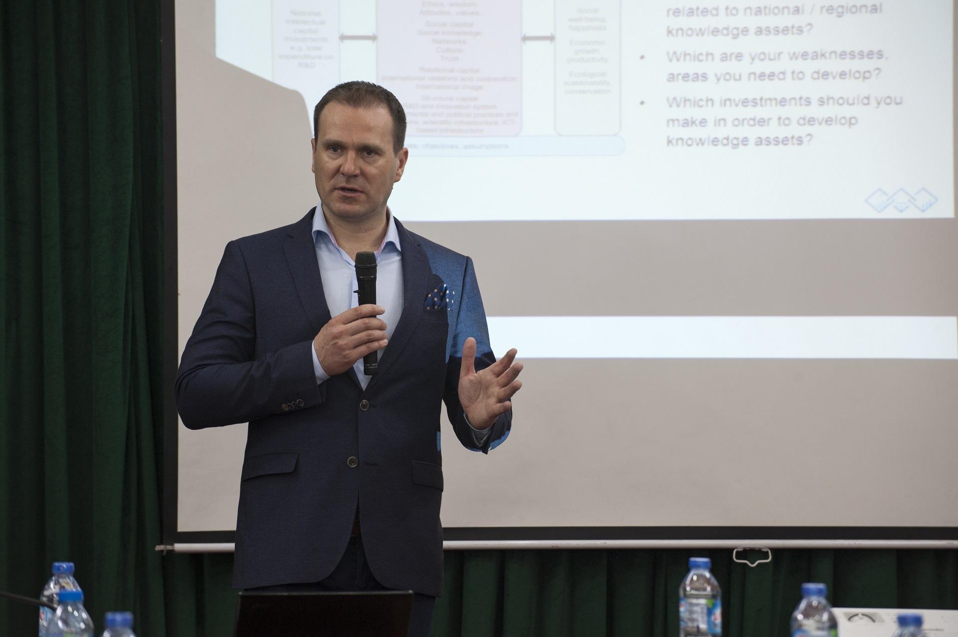 GS. Antti Lönnqvist, Trưởng Khoa quản lý, Đại học Tampere thuộc Đại học  Tổng hợp Phần Lan chia sẻ những kinh nghiệm trong quản lý tri thức