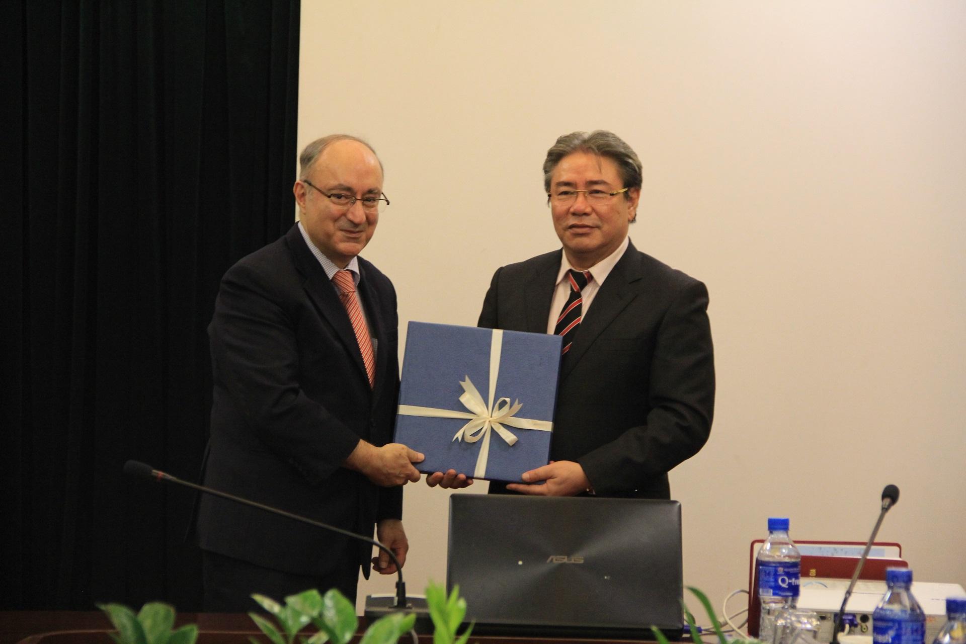 TS. Đặng Xuân Hoan, Giám đốc Học viện trao quả lưu niệm cho TS. Kambiz Ghawami, Chủ tịch Tổ chức hỗ trợ đại học thế giới CHLB Đức
