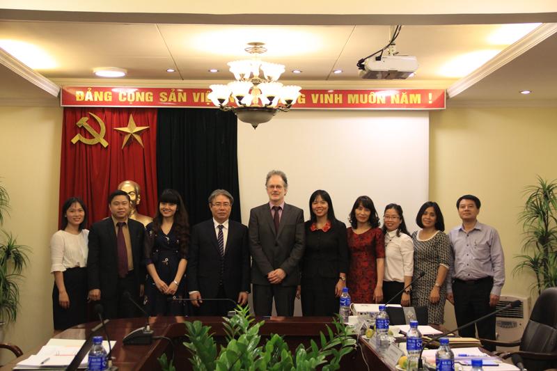 Các đại biểu tham dự buổi làm việc chụp ảnh lưu niệm