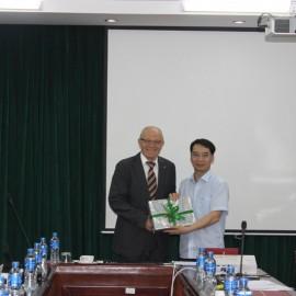 Phó Giám đốc Học viện trao tặng phẩm cho GS. Wolf Rieck
