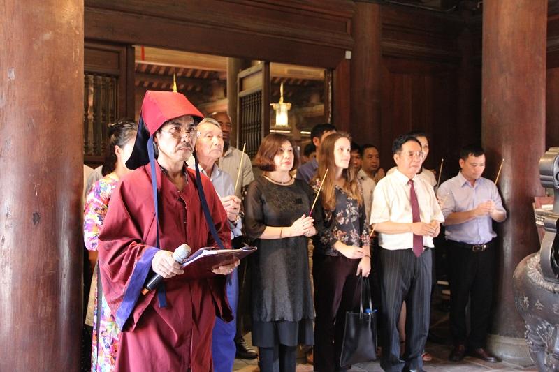 Các đại biểu và sinh viên dâng hương tại Văn Miếu Quốc Tử Giám, Hà Nội