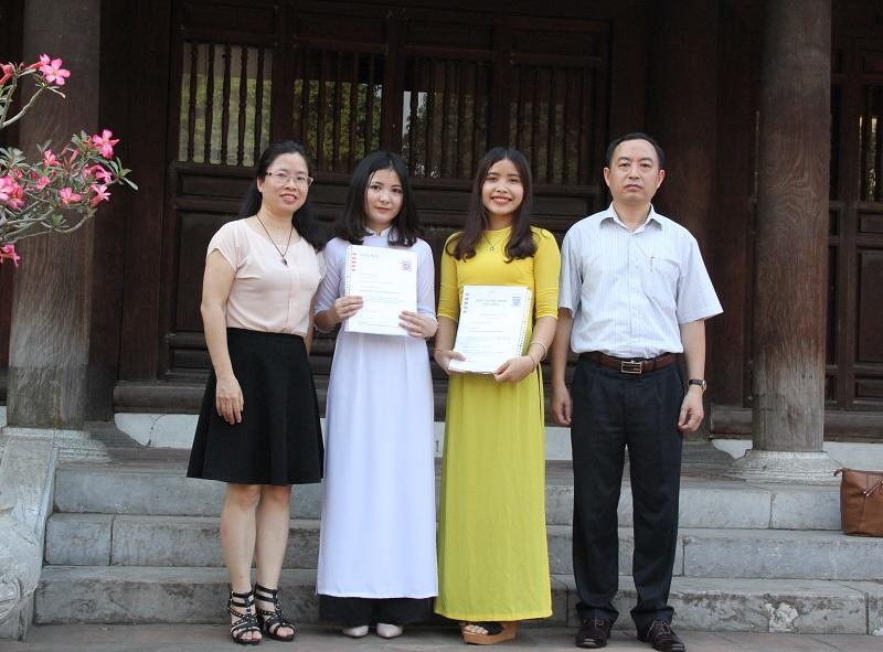 Đại diện Ban Quản lý đào tạo và phát triển nhân lực hành chính và Ban Hợp tác Quốc tế, Học viện Hành chính Quốc gia chúc mừng hai sinh viên Học viện được nhận học bổng Hessen