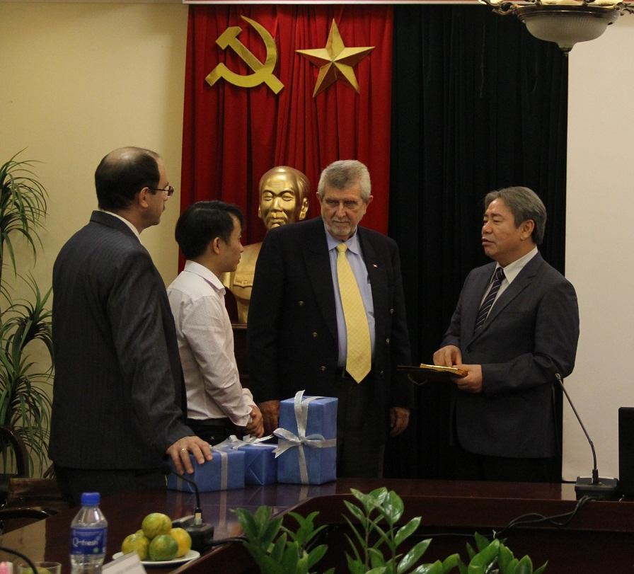 TS. Đặng Xuân Hoan trao đổi với đoàn