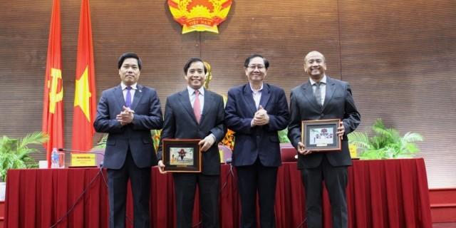 Bộ trưởng Lê Vĩnh Tân tặng quà lưu niệm choPGS. TS. Keneth Paul Tan và PGS. TS. Vũ Minh Khương