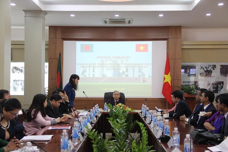 ThS. Phạm Thị Quỳnh Hoa – Trưởng Ban Hợp tác Quốc tế giới thiệu đại biểu tham dự Lễ khai giảng