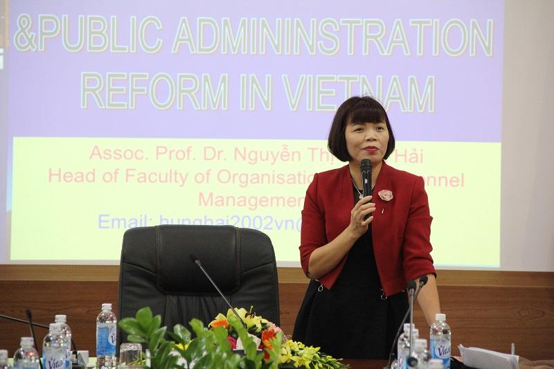 PGS.TS. Nguyễn Thị Hồng Hải – Trưởng Khoa Khoa học hành chính và Tổ chức nhân sự giảng bài tại khóa bồi dưỡng