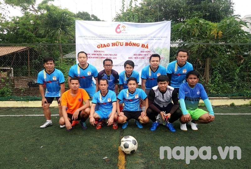 Đội bóng lưu học sinh Lào chụp ảnh lưu niệm trước khi vào sân