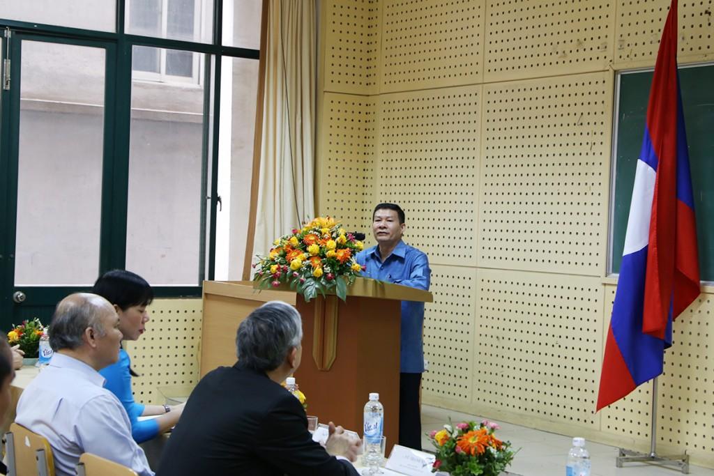 Ông Khăm-sinh Đoang-văn-đi phát biểu tại buổi lễ