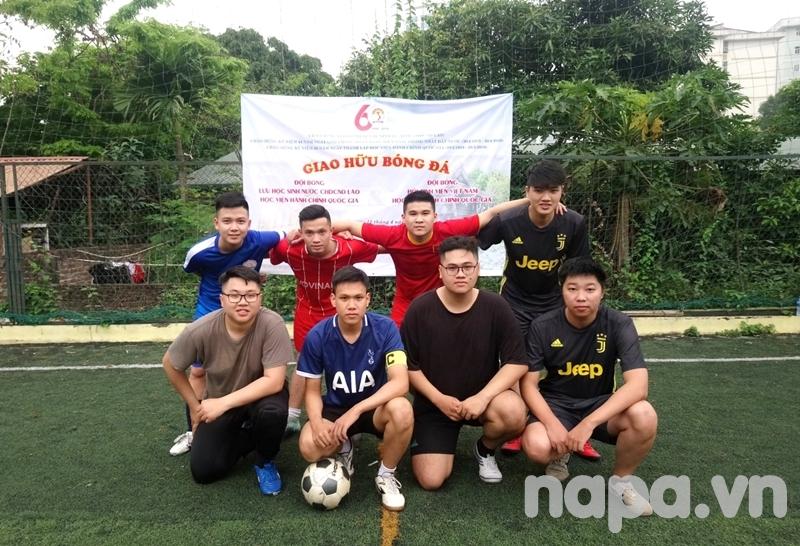 Đội bóng Hội Sinh viên Học viện chụp ảnh lưu niệm trước khi vào sân