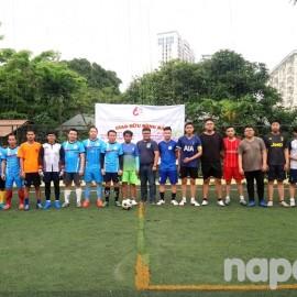 Hai đội bóng và các đại biểu chụp ảnh lưu niệm trước trận giao hữu