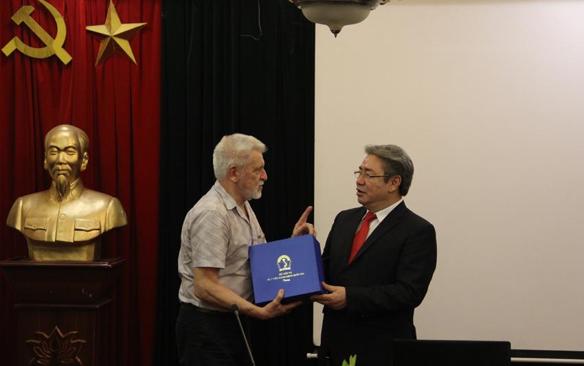 Giám đốc Học viện Đặng Xuân Hoan gửi tặng món quà lưu niệm đếnGS. TSKH. Igor Chervanyov