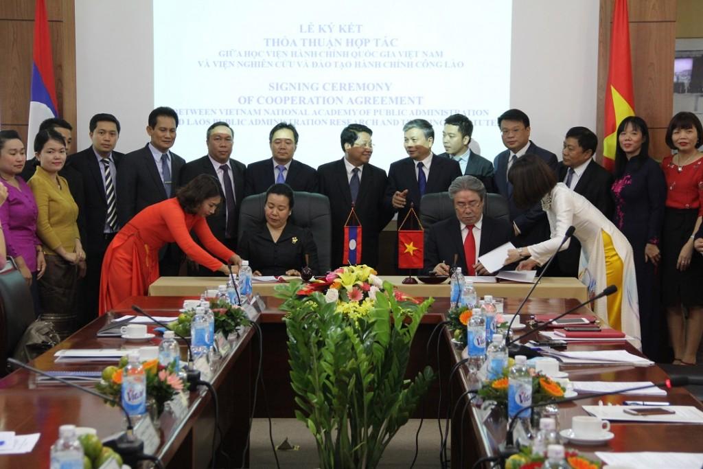 TS. Nguyễn Trọng Thừa, Thứ trưởng Bộ Nội vụ  và ông Khammoune VIPHONGXAY, Thứ trưởng Bộ Nội vụ Lào  chứng kiến lễ ký kết giữa HVHCQG và Viện Nghiên cứu và Đào tạo hành chính công, Bộ Nội vụ Lào