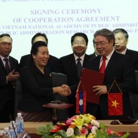 TS. Đặng Xuân Hoan, Giám đốc Học viện Hành chính Quốc gia  và bà Chantha ONXAYVIENG, Viện trưởng Viện Nghiên cứu và Đào tạo hành chính công, Bộ Nội vụ Lào trao thỏa thuận hợp tác đã ký kết