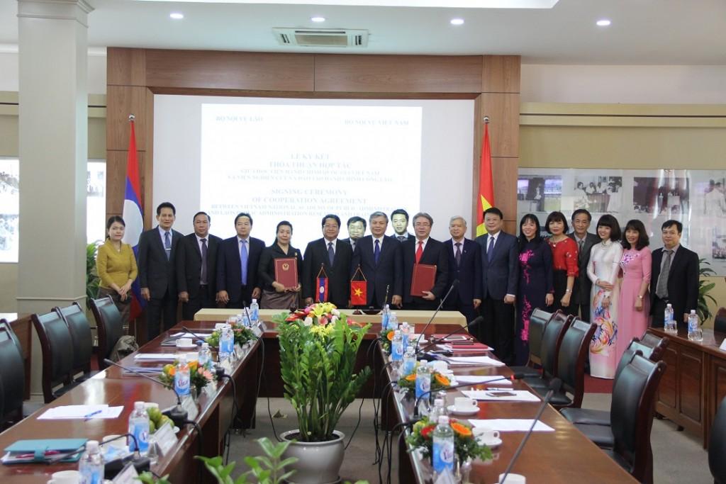 TS. Nguyễn Trọng Thừa, Thứ trưởng Bộ Nội vụ  và ông Khammoune VIPHONGXAY, Thứ trưởng Bộ Nội vụ Lào chụp ảnh lưu niệm cùng toàn thể Lãnh đạo Học viện