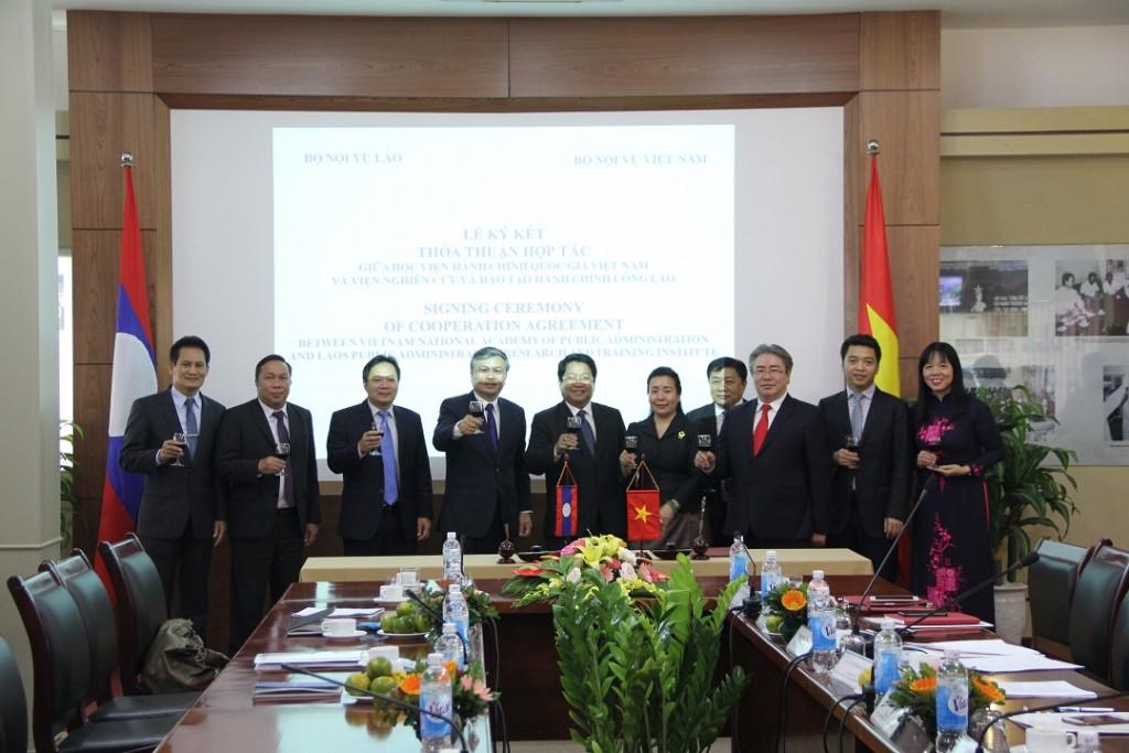 Các đại biểu nâng cốc chúc mừng thành công của Lễ ký kết