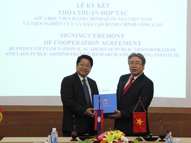 TS. Đặng Xuân Hoan, Giám đốc Học viện Hành chính Quốc gia  trao quà lưu niệm cho ông Khammoune VIPHONGXAY, Thứ trưởng  Bộ Nội vụ Lào