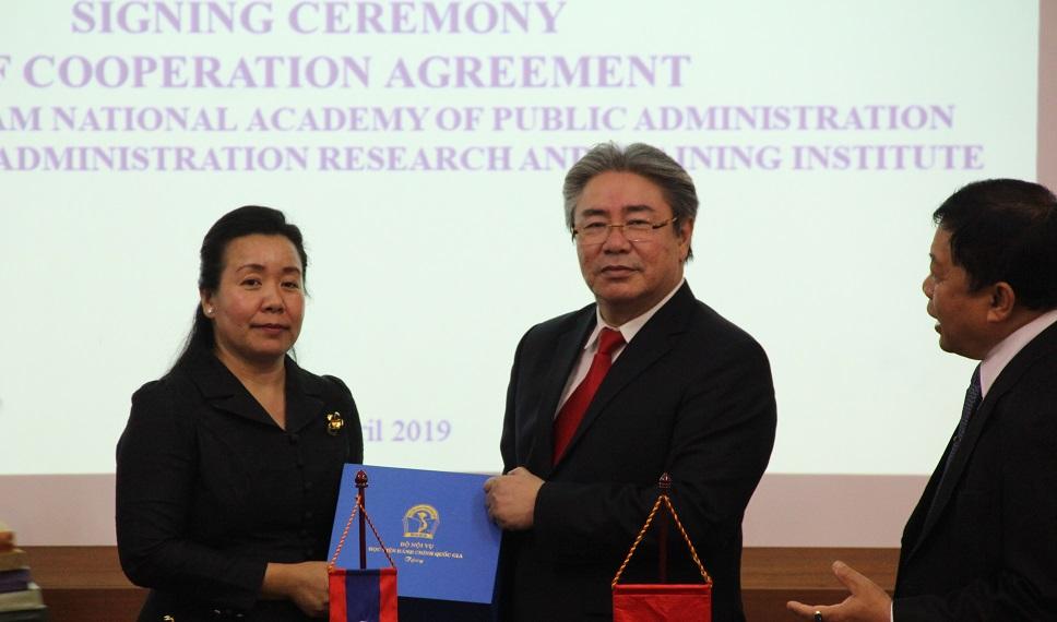 TS. Đặng Xuân Hoan, Giám đốc Học viện Hành chính Quốc gia  trao quà lưu niệm cho bà Chantha ONXAYVIENG, Viện trưởng  Viện Nghiên cứu và Đào tạo hành chính công, Bộ Nội vụ Lào