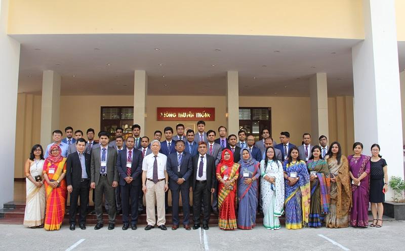 TS. Vũ Thanh Xuân – Phó Giám đốc Học viện cùng các học viên của Lớp bồi dưỡng về hành chính công dành cho công chức của Chính phủ Băng-la-đét